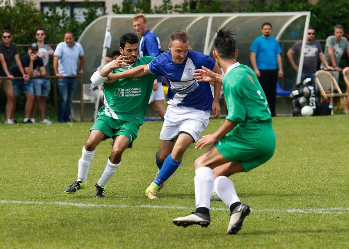Pieter Foesenek, hier op archieffoto, worstelt zich langs twee spelers van PCP.