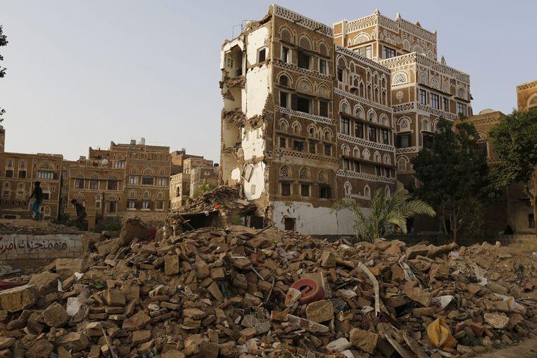 Puin in de stad Sanaa tijdens een luchtaanval op 3 juli. Beeld anp