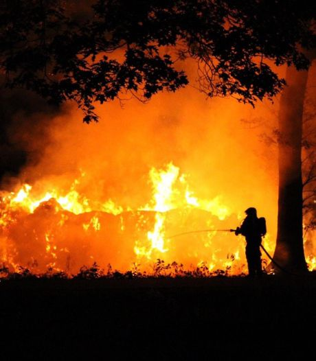 Felle brand in berg hooibalen zorgt voor vlammenzee met veel rook in Apeldoorn