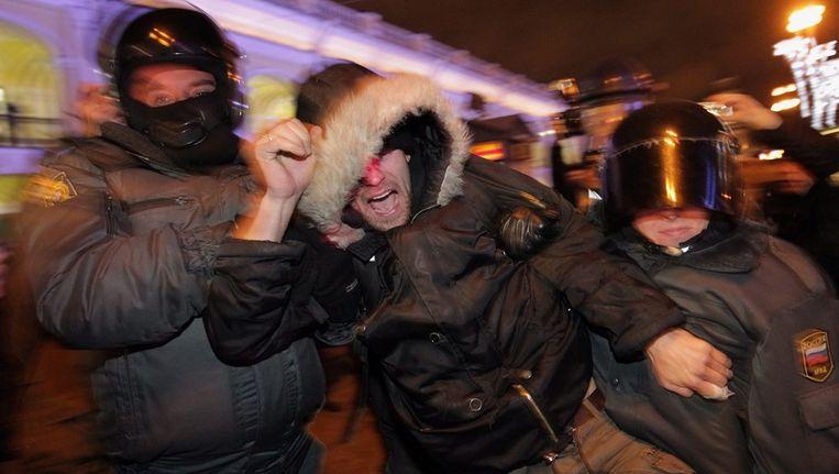 Een demonstrant wordt weggevoerd in Sint Petersburg, gisteren. Beeld epa