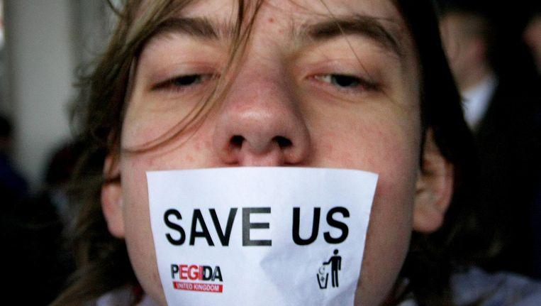 Britse Pegida-aanhangster tijdens een stille mars in Birmingham. 'Populistische partijen hebben overal het tij mee' Beeld Getty Images