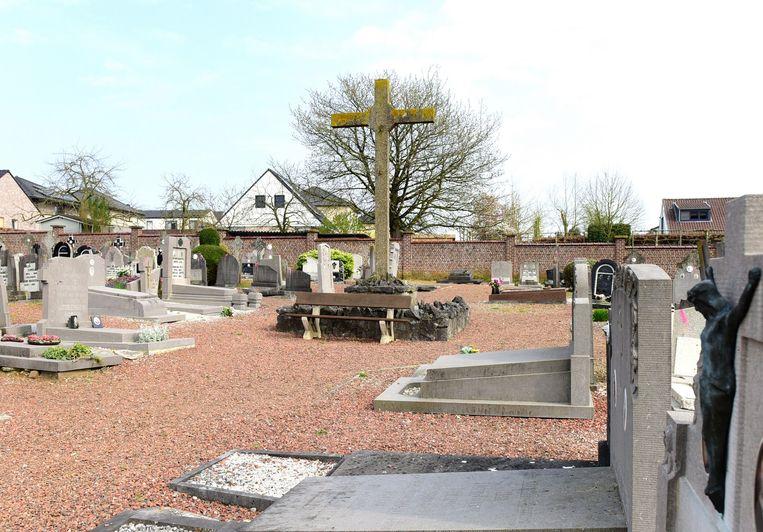 Het calvariekruis blijft staan, de meeste graven rond het kruis gaan wel verdwijnen