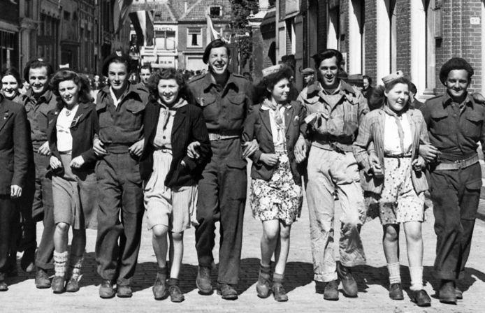 In april 1945 werd de Veluwe bevrijd. Deze foto, waarop Veluwse meisjes poseren met Canadese soldaten, is genomen in Harderwijk.