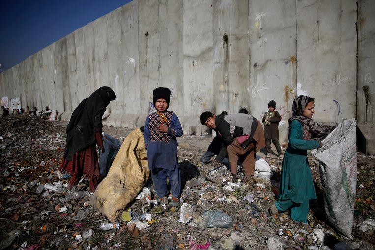 Kinderen zoeken in de Afghaanse hoofdstad Kabul op een vuilnisbelt naar plastic en ander materiaal dat ze als brandstof kunnen gebruiken.