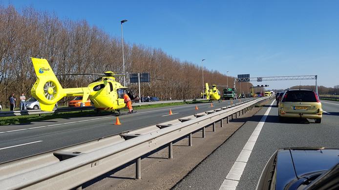 Twee traumahelikopters op de A29.
