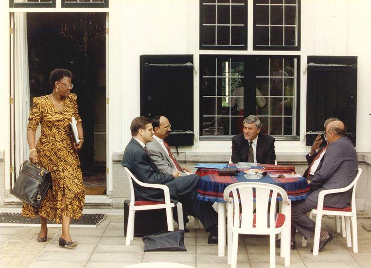 Maria Liberia-Peters in het Catshuis voor overleg met onder anderen premier Ruud Lubbers, in 1993.   Beeld null