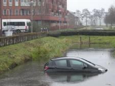 Auto in sloot in Veenendaal, handrem vermoedelijk vergeten
