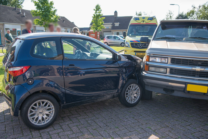 De brommobiel knalde op een een geparkeerde auto.