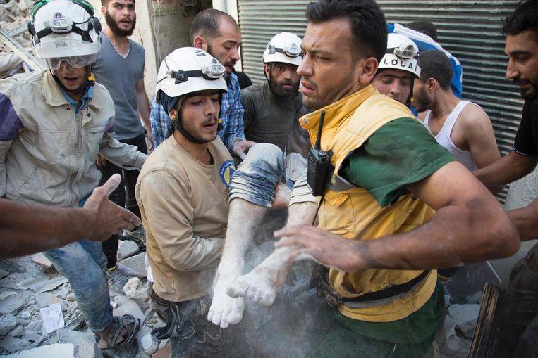 Hulpverleners bevrijden mensen uit het puin na luchtaanvallen boven Aleppo. Beeld afp