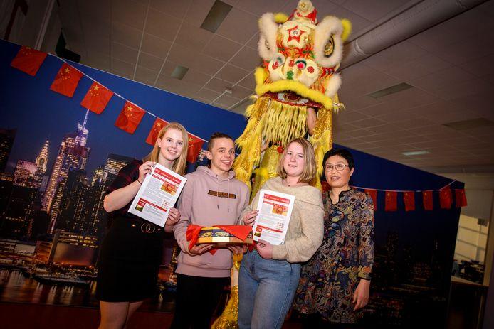 Enkele leerlingen die een Chinees certificaat mochten ontvangen. Vlnr  Tessa Vermulst, Imme Damen en Noëlle Eulderink. Rechts staat docente Margie Li.