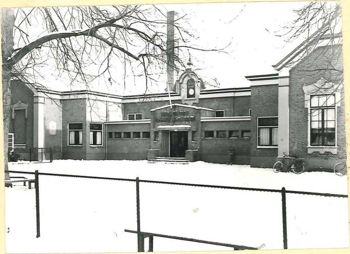 De tweede christelijke school van dominee Van Dijk, in 1884 gebouwd aan het Hovenstraatje. Bij deze school hoort de rechter gevelsteen. De tak op de voorgrond is van een boom die nu nog voor de Media Markt aan de Hofstraat staat.