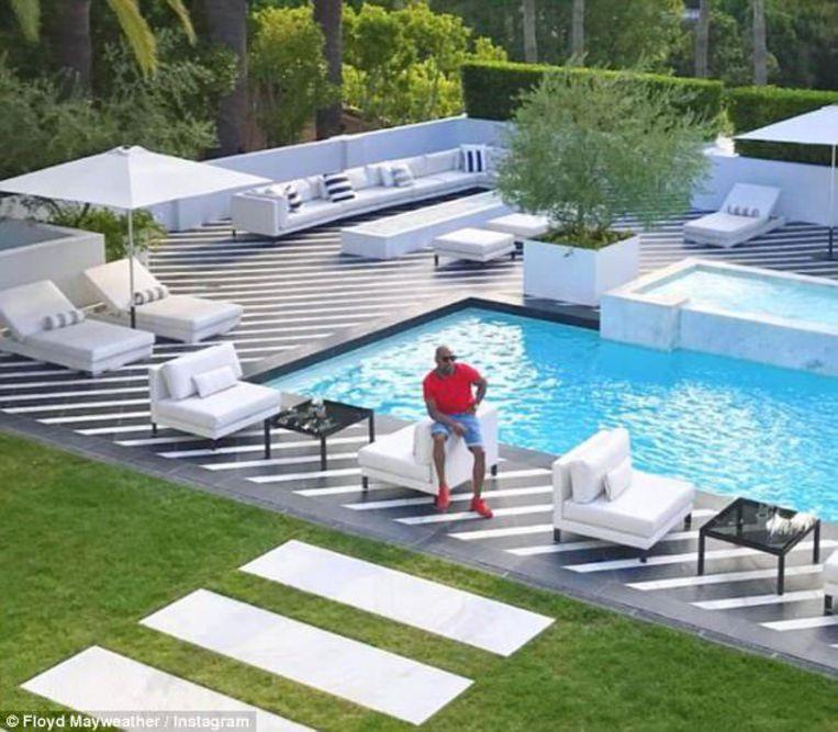 De zithoek aan het zwembad van Floyd Mayweather. Plaats genoeg.