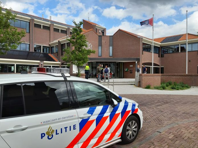 Politie bij het stadhuis van Harderwijk.