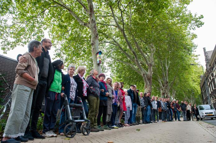 Den Bosch. Bewoners van de Boschveldweg met de bomen op de achtergrond