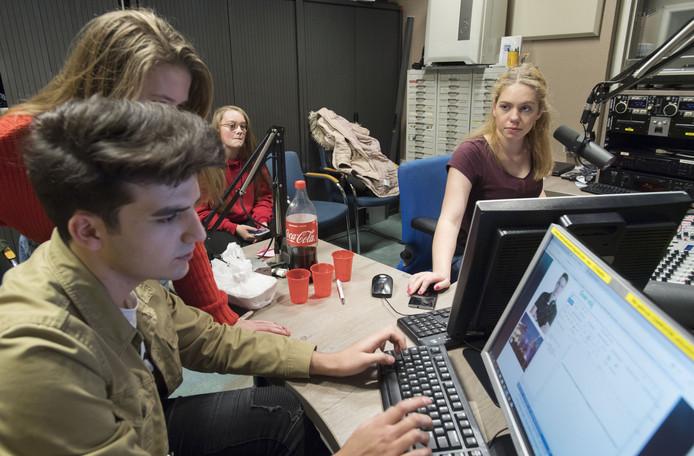 Ook jonge radiomakers komen aan de bak bij Hofstreek Omroep. Coen van Beek, Quinty Grotenhuis, Joy Stempher en Merel Lugtmeier maken samen het programma MELK.