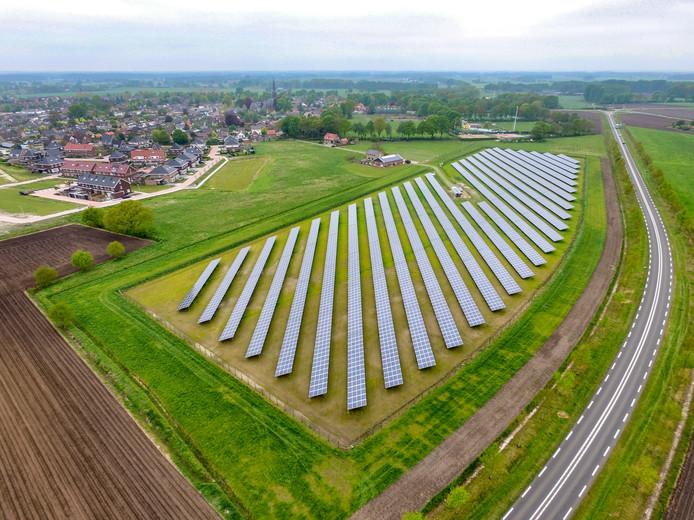 Een foto van een zonnepark.