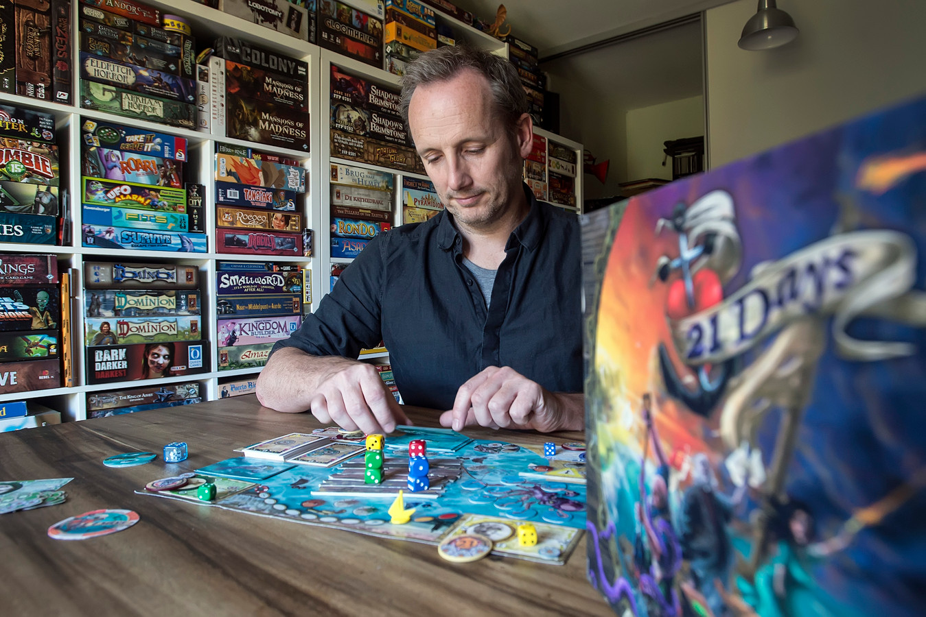 Erik Winkelman met het door hem ontwikkelde spel 21 Days.