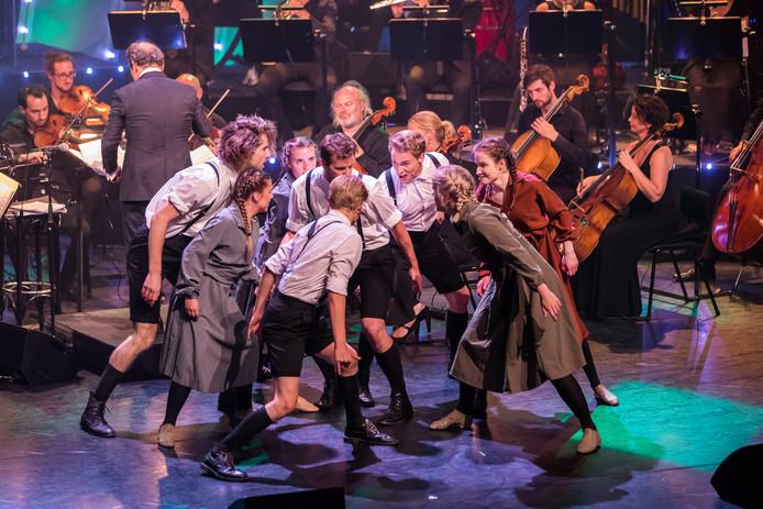 Optreden van studenten van de opleiding Muziektheater van Fontys tijdens de Musicaldagen in Tilburg.