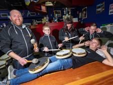 Muzikant uit Ter Aar bedenkt geluidsloze oefentrom: 'Net een echte trommel, maar dan veel zachter'