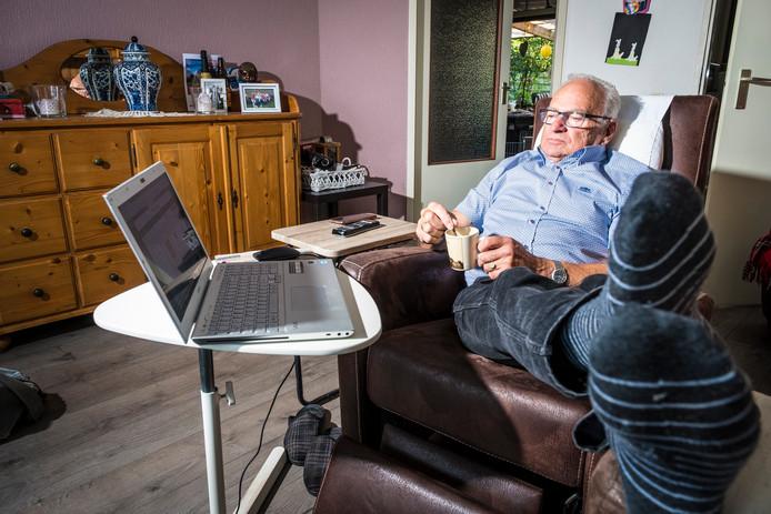 Ed Pont heeft door traag internet in Veessen tijd genoeg om tijdens het 'surfen' liters koffie te drinken of andere werkzaamheden te verrichten.