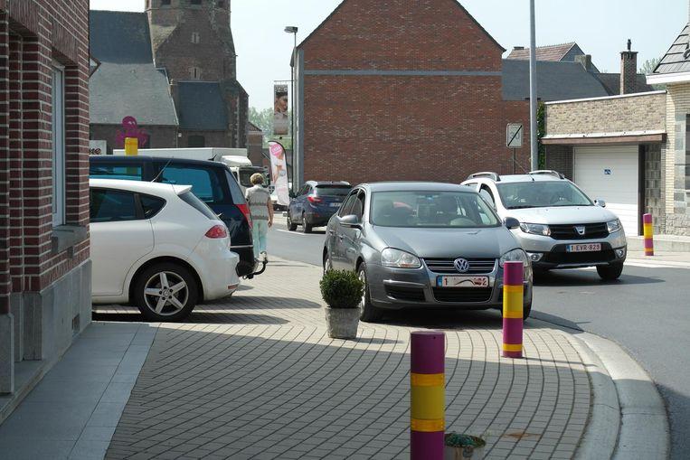 Amper 20 meter ligt een grote parking maar toch laten ze de wagen liever achter op de stoep.