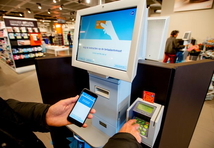 Filialen van Albert Heijn in het hele land zijn maandagmiddag getroffen door een pinstoring waardoor klanten bij de kassa's niet kunnen betalen met hun pinpas.