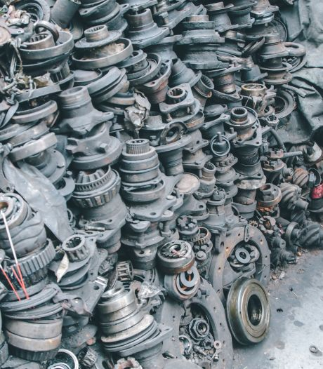 Wapens, munitie en geld gevonden bij actie tegen illegale ijzerhandelaren in Udense Bogerd