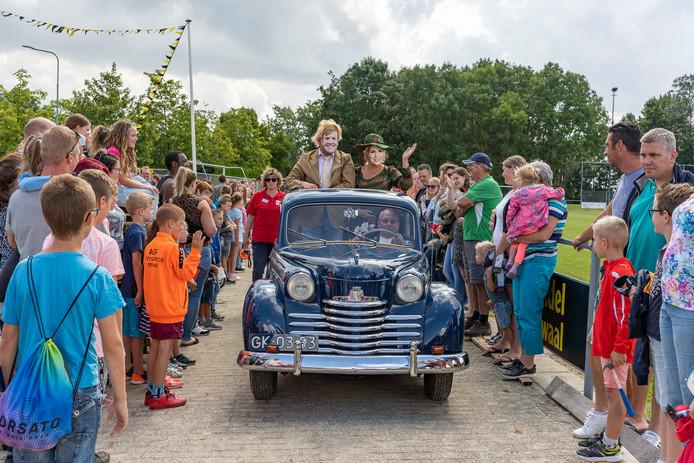 Het 'koninklijk echtpaar' arriveerde in een oldtimer op het terrein van de kindervakantieweek in Kruiningen.
