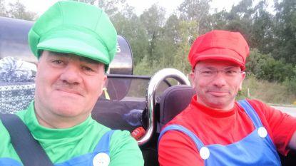Vrienden rijden verkleed als Luigi en Mario met 'rammelbak' door Europa voor goed doel