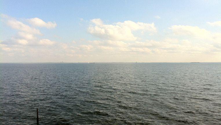 Het IJmeer gezien in de richting van Almere Beeld