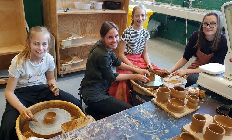 Charlotte, Marinke, Charline en Sofie tijdens de workshop pottenbakken.