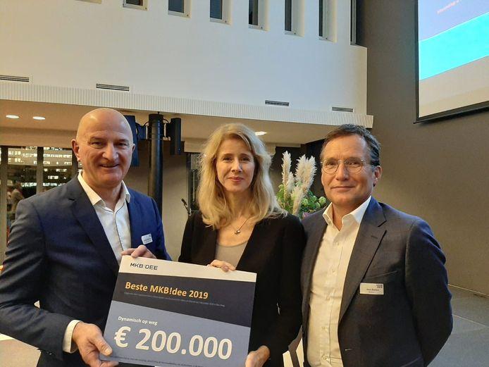 Staatssecretaris Mona Keizer van economische zaken, hier geflankeerd door de directeuren Johan Middelkamp  van Sallandse Wegenbouw (links) en Hans Bonten van De Kern (rechts), reikte een cheque van 200.000 euro uit voor het beste MKB-idee van 2019.