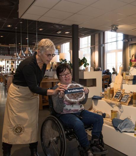 Alleen nog maar zelfgemaakte producten van zorgcliënten in Bakwinkel De Postkamer: 'We gaan zelfs saucijzenbroodjes verkopen'