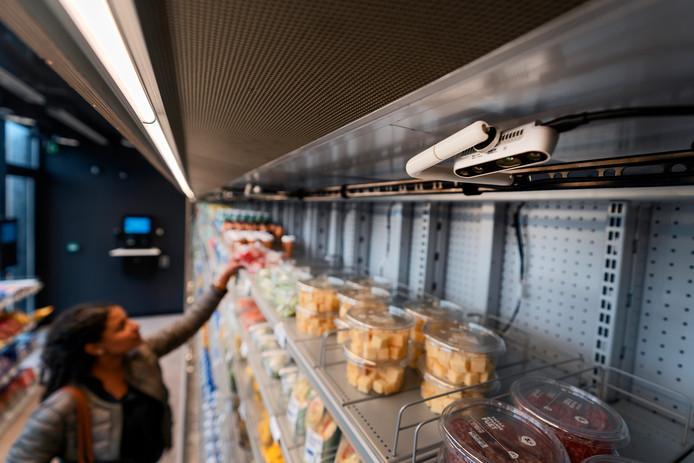 Camera's en sensoren registreren welke boodschappen klanten uit de schappen pakken.