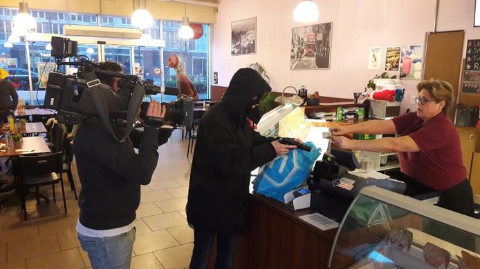 Opnames van de reconstructie van de overval op cafetaria Franske in Tilburg.