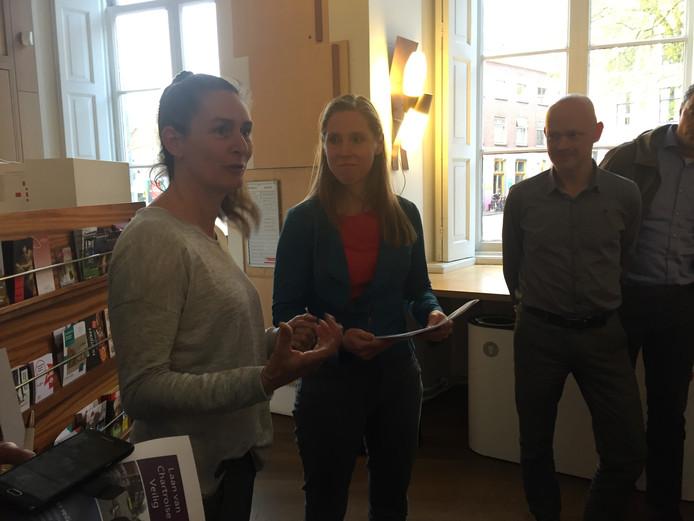 De petitie werd aangeboden aan wethouder Lot van Hooijdonk