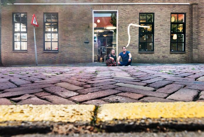 Marc Hoog en Laura van den Bosch voor hun zaak aan de Waltorenstraat. Stilstaan mag er niet, de straat is niet geschikt voor vrachtwagens. En toch staan ze er elke dag.