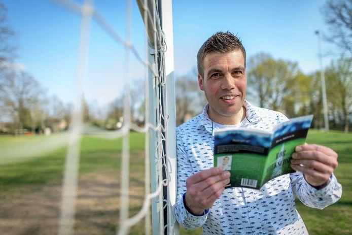 Rick Ardesch heeft boek geschreven over loopbaan als amateurvoetballer. Titel: 'Rob Hoekschop, de biografie van een voetbalamateur''.