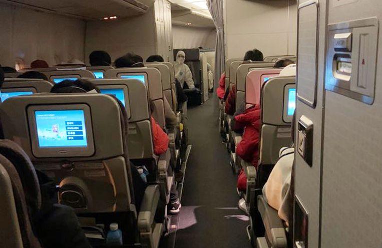 Aan boord van een gecharterd toestel van Korean Air met 368 Zuid-Koreanen die gerepatrieerd worden uit Wuhan.
