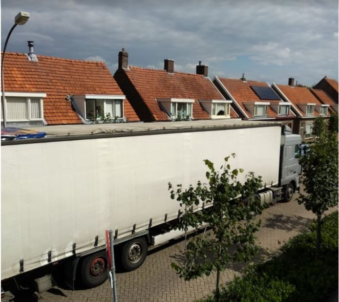 Vrachtwagens die afrit 39 van de A59 bij Waalwijk rijden direct de Waalwijkse woonwijk Baardwijk in.