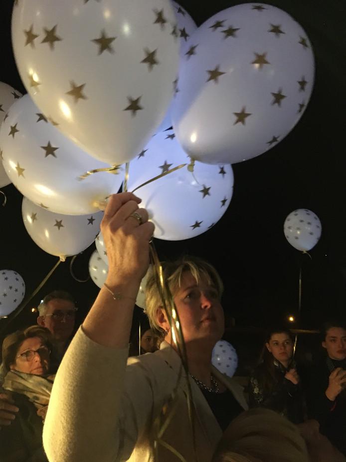 Eugeniek van der Zee eert haar dochter met het oplaten van witte ballonnen