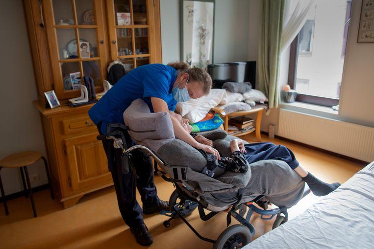 Verzorgende Hendrik Jan Riesebos bij een patiënt op de kamer in verpleeghuis Myosotis in Kampen. Beeld Herman Engbers