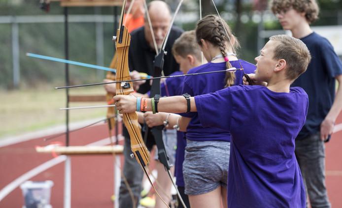 De tweede dag van Sportdorp voor Rijssense jeugd op atletiekbaan van de atletiekvereniging Rijssen bood boogschieten, basketbal en rugby.