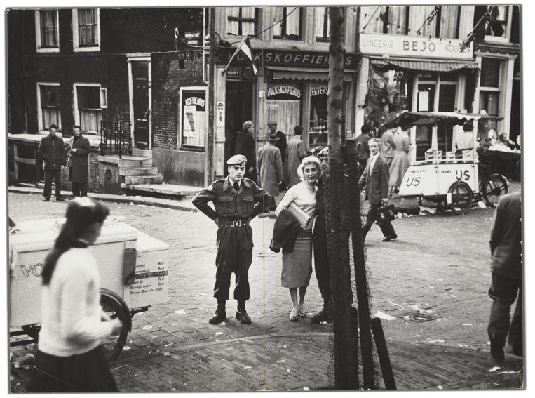 Kermis op de Nieuwmarkt, Amsterdam, april–mei 1958.  Beeld Ed van der Elsken