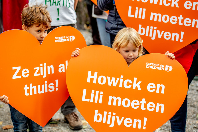 Leden van kinderrechtenorganisatie Defence for Children voeren in Den Haag actie tegen de uitzetting van Howick en Lili.