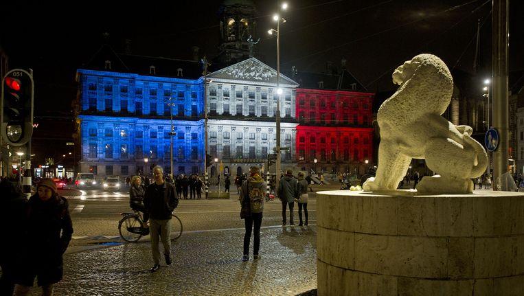 Het paleis op de Dam in de kleuren van de Franse vlag Beeld anp