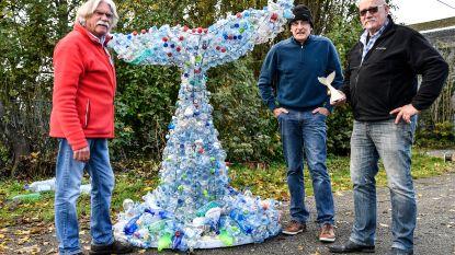 Kunstenaars slaan handen in elkaar om reusachtige walvisstaart vorm te geven met petflessen
