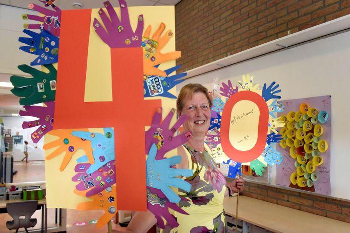 Juf Caroline van den Berg van De Schakel tussen allerlei knutsels die ze van leerlingen heeft gekregen voor haar 40-jarig jubileum als onderwijzeres.