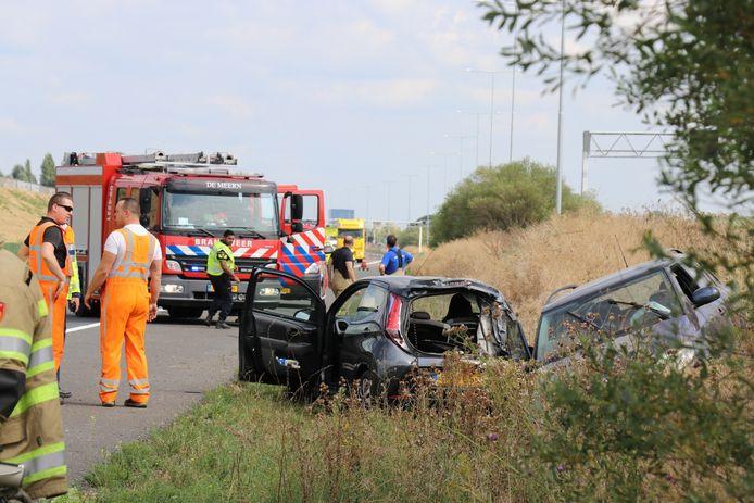 Bij een botsing op de A12 kwamen twee auto's in de berm terecht.