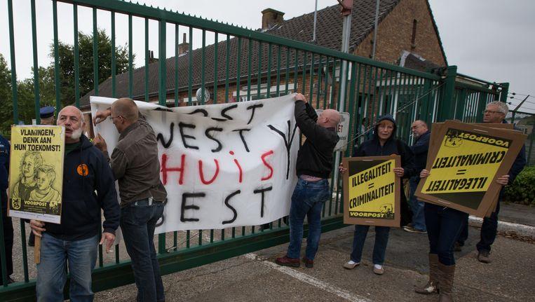 Vlaamse separatisten protesteren aan het opvangcentrum van Sijsele.